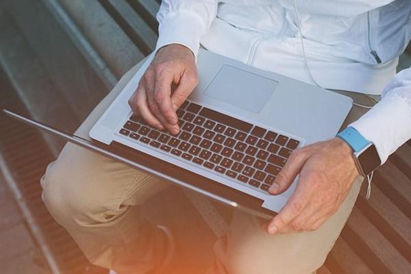 آیا گذاشتن لپ تاپ روی پا مضر است؟
